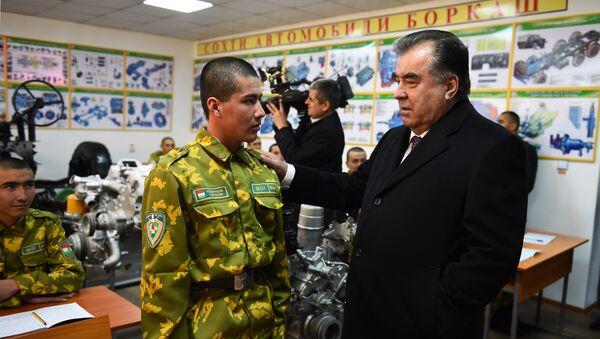 Президент Таджикистана Эмомали Рахмон посетил учебный центр Пойтахт Пограничных войск Государственного комитета национальной безопасности - Sputnik Таджикистан