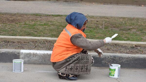 Дворники приводят в порядок дороги в Душанбе - Sputnik Тоҷикистон