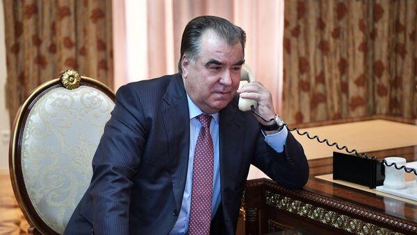 Президент Таджикистана Эмомали Рахмон говорит по телефону, архивное фото - Sputnik Тоҷикистон