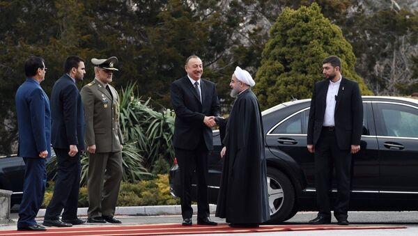 Президент Ирана Хасан Роухани встречает азербайджанского лидера Ильхама Алиева у дворца Садабад - Sputnik Таджикистан