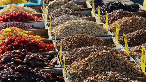 Продажа орехов и сухофруктов на продовольственной ярмарке, архивное фото - Sputnik Таджикистан