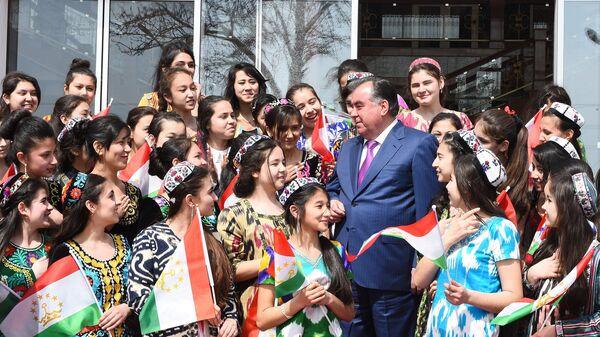 Эмомали Рахмон на встрече с таджикскими школьниками - Sputnik Тоҷикистон