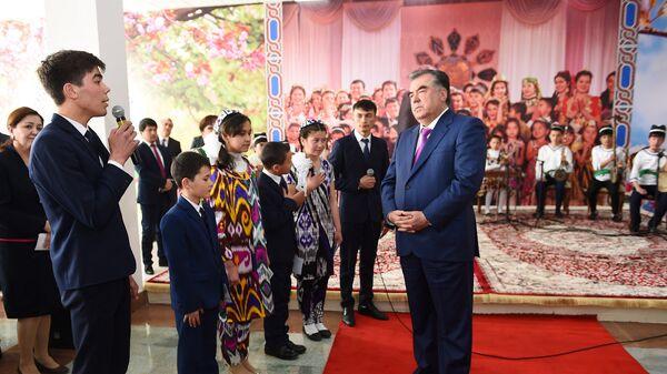 Эмомали Рахмон на встрече со школьниками - Sputnik Таджикистан
