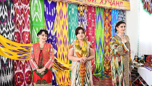 Таджикские женщины в одежде из атласа - Sputnik Тоҷикистон