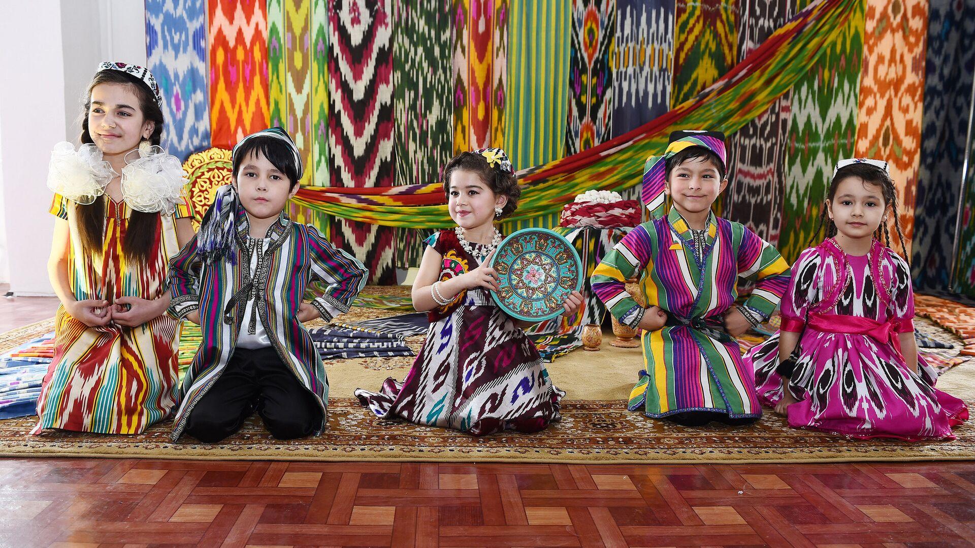 Таджикские дети в одежде из атласа - Sputnik Тоҷикистон, 1920, 12.10.2021
