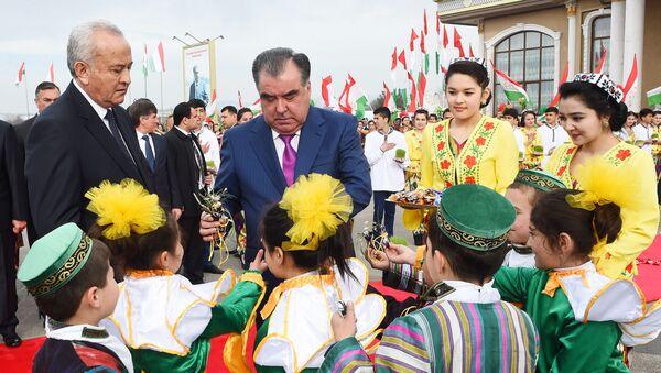 Президент Таджикистана Эмомали Рахмон с жителями Согдийской области - Sputnik Таджикистан