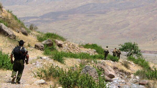Таджикские пограничники возле афганской границы, архивное фото - Sputnik Таджикистан