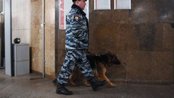 Сотрудник полиции с собакой на станции метро в Москве - Sputnik Тоҷикистон