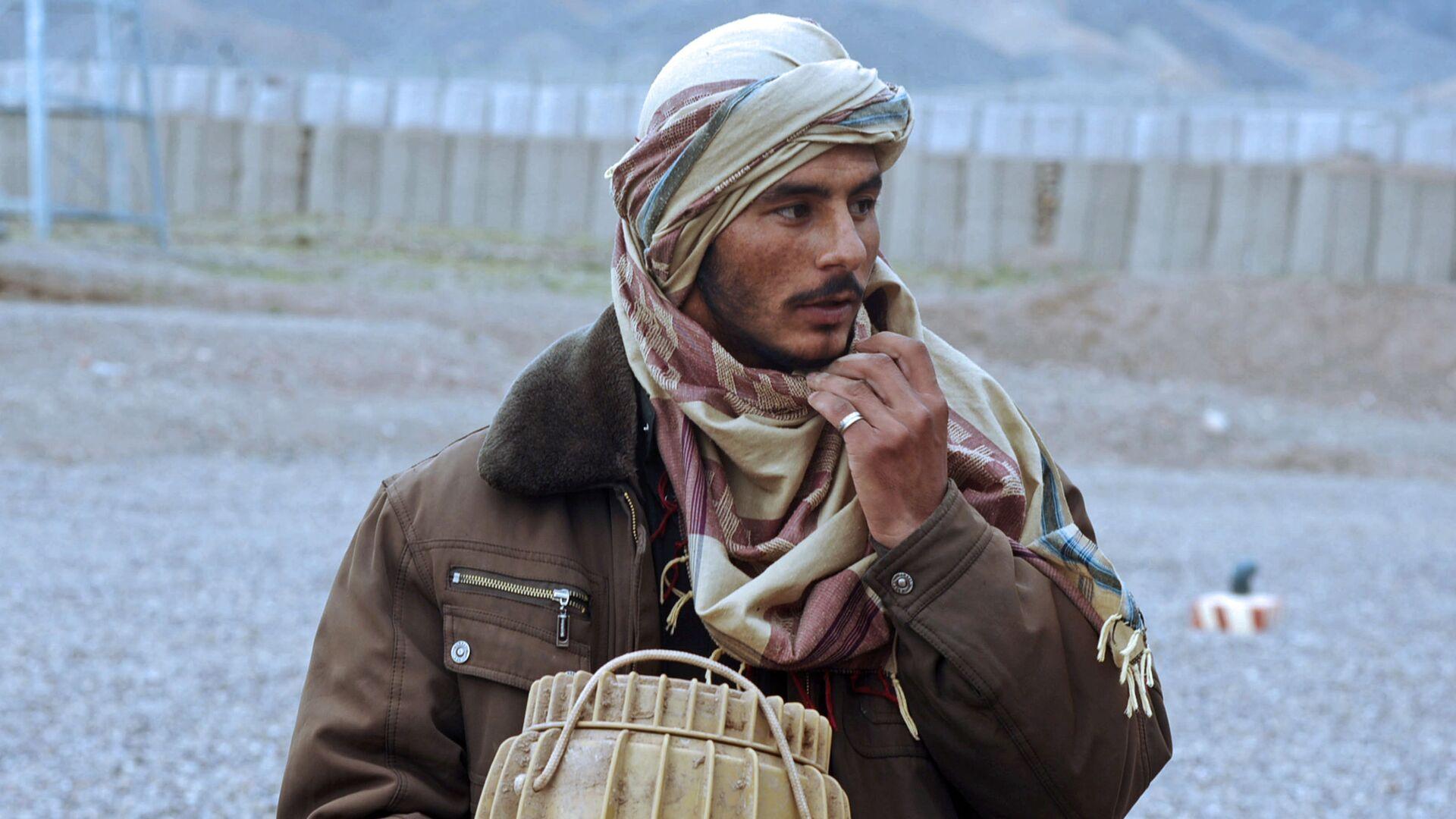 Бывший член движения Талибан с фугасом в руках. Архивное фото - Sputnik Тоҷикистон, 1920, 25.04.2021