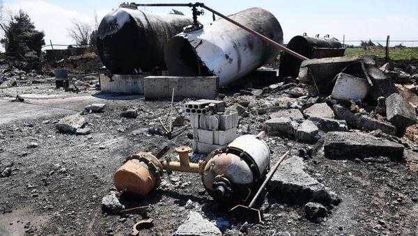 Последствия ракетного удара США по авиабазе Шайрат в Сирии - Sputnik Таджикистан