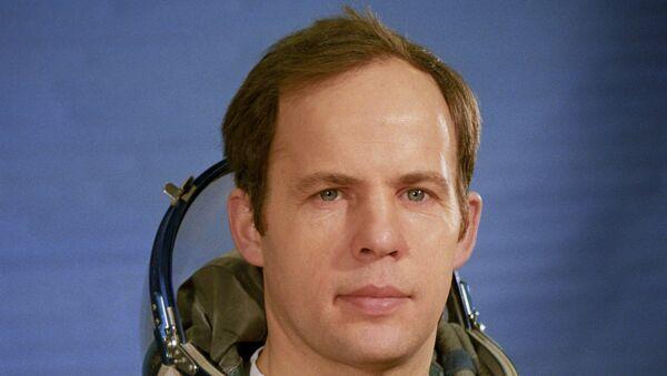 Подполковник А.Соловьев, командир дублирующего международного советско-сирийского экипажа космического корабля Союз ТМ-3 - Sputnik Таджикистан