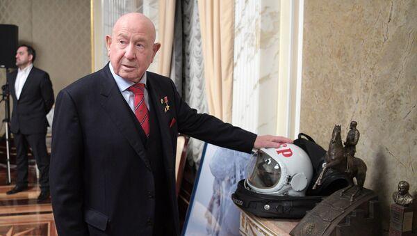 Президент РФ В. Путин накануне Дня космонавтики посмотрел фильм Время первых - Sputnik Таджикистан