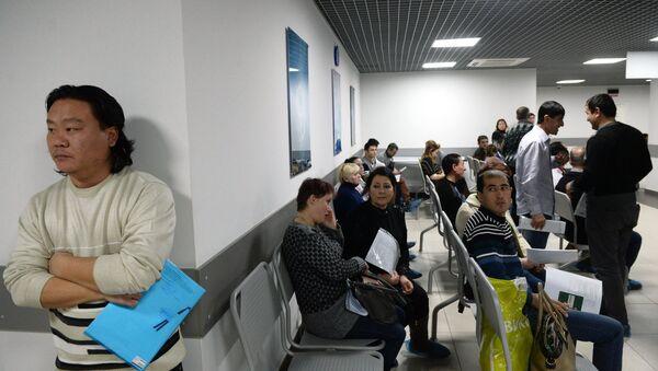 Выдача первых патентов в Едином миграционном центре Московской области, архивное фото - Sputnik Тоҷикистон