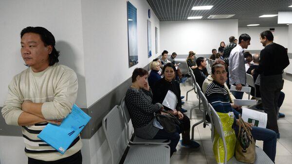 Выдача первых патентов в Едином миграционном центре Московской области, архивное фото - Sputnik Таджикистан