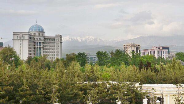 Обзор на город Душанбе. Здание на фоне гор - Sputnik Тоҷикистон