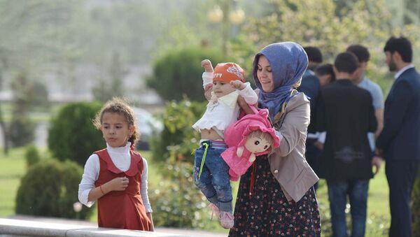 Женщина на улице с ребенком гуляют на улице Душанбе - Sputnik Таджикистан