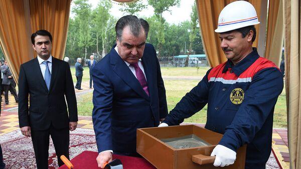 Президент Таджикистана Рахмон Эмомали на на церемонии открытий зданий - Sputnik Тоҷикистон