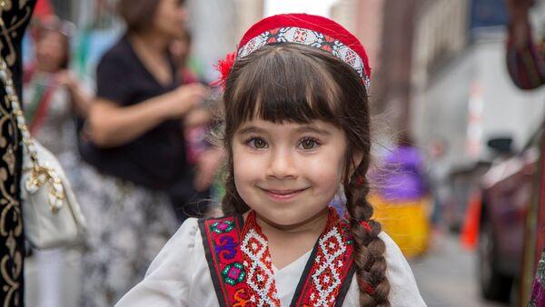 Девочка в национальном костюме, архивное фото - Sputnik Таджикистан