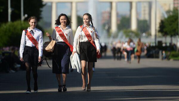 Празднование последнего звонка в Москве - Sputnik Тоҷикистон