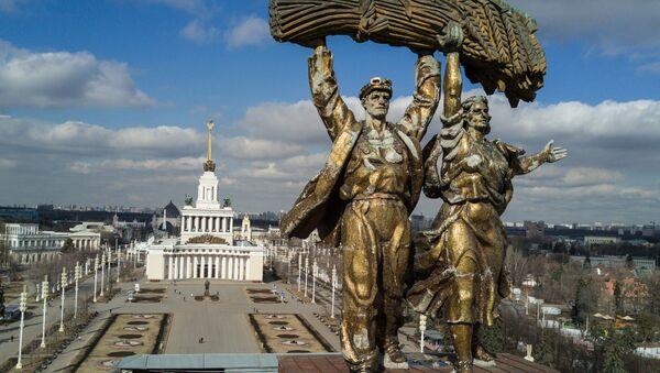Скульптура Тракторист и колхозница, архивное фото - Sputnik Таджикистан