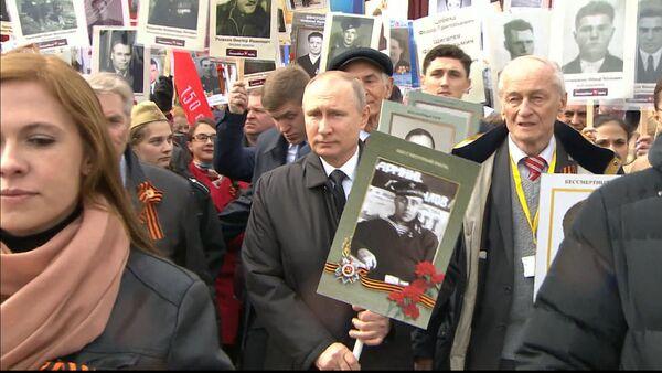 Путин принял участие в акции Бессмертный полк - Sputnik Тоҷикистон