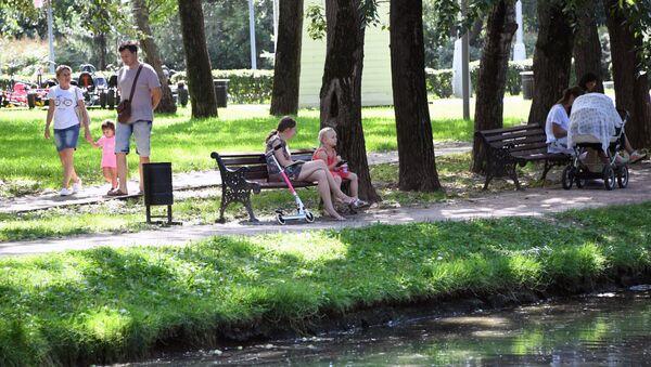 Отдых москвичей в парке, архивное фото - Sputnik Таджикистан