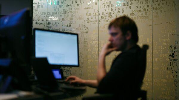 Сотрудник компании, специализирующейся на защите от вирусов - Sputnik Таджикистан