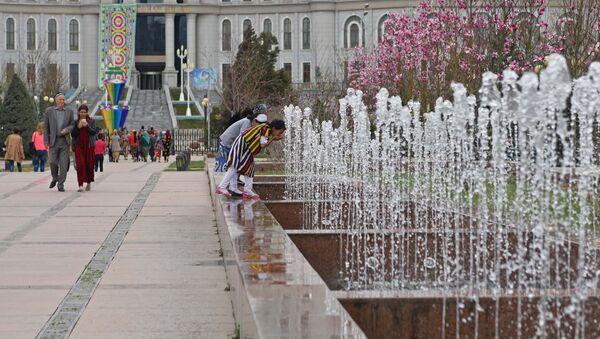 Город Душанбе весной. Парк Рудаки. Национальная библиотека. - Sputnik Таджикистан