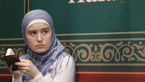Молодая мусульманка читает Коран, архивное фото - Sputnik Таджикистан