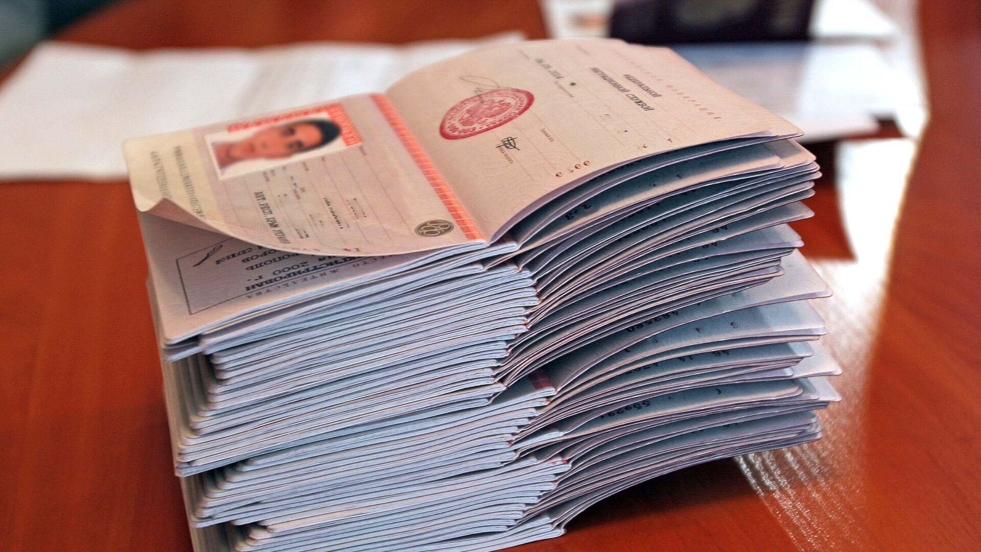 Российские паспорта, архивное фото  - Sputnik Тоҷикистон, 1920, 12.10.2021
