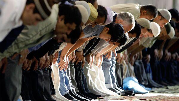 Мусульмане молятся в Рамадан, архивное фото - Sputnik Таджикистан