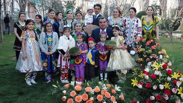 Эмомали Рахмон и его семья, архивное фото - Sputnik Тоҷикистон