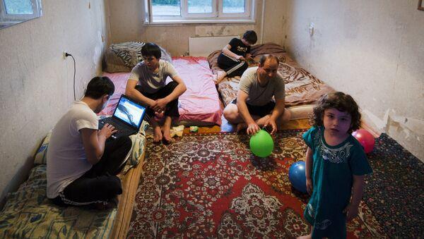 Семья мигрантов из Таджикистана, архивное фото - Sputnik Тоҷикистон
