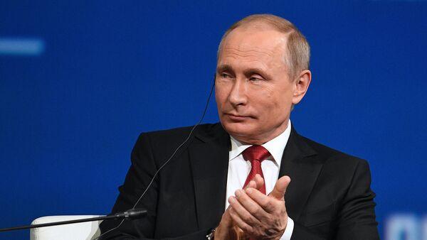 Президент РФ В. Путин на XXI Петербургском международном экономическом форуме. День второй - Sputnik Таджикистан