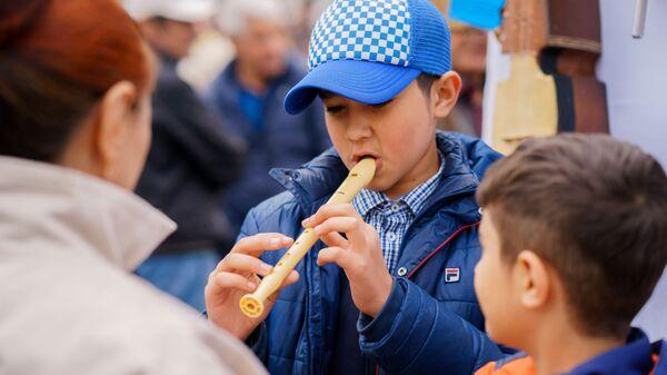 Мальчик играет на флейте, архивное фото - Sputnik Тоҷикистон