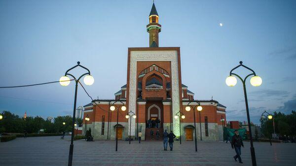 Мемориальная мечеть в Москве вечером, архивное фото - Sputnik Таджикистан