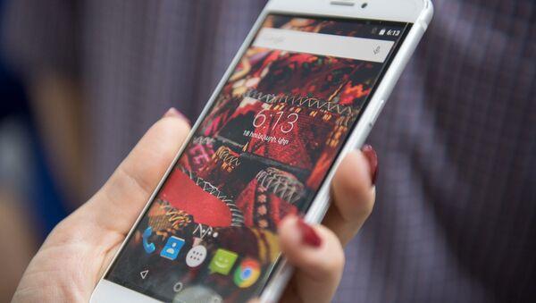 Телефон в руках, архивное фото - Sputnik Таджикистан