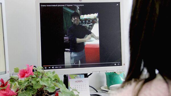 Девушка за компьютером смотрит видеоролик под названием Очень талантливый дворник Таджик - Sputnik Тоҷикистон