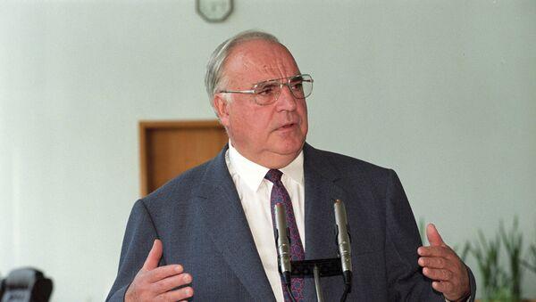 Гельмут Коль во время пресс-конференции в Москве - Sputnik Таджикистан