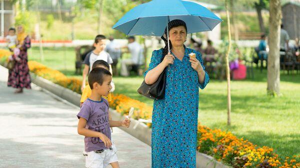 На прогулке в парке, архивное фото - Sputnik Таджикистан