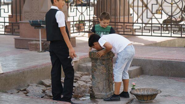Мальчики пьют воду, архивное фото - Sputnik Тоҷикистон