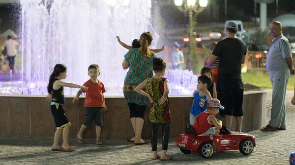 Люди вечером у фонтана, архивное фото - Sputnik Таджикистан