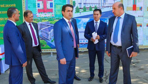 Рустам Эмомали на строительстве новой школы - Sputnik Тоҷикистон