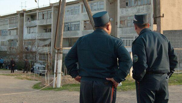 Узбекские милиционеры возле дома - Sputnik Тоҷикистон