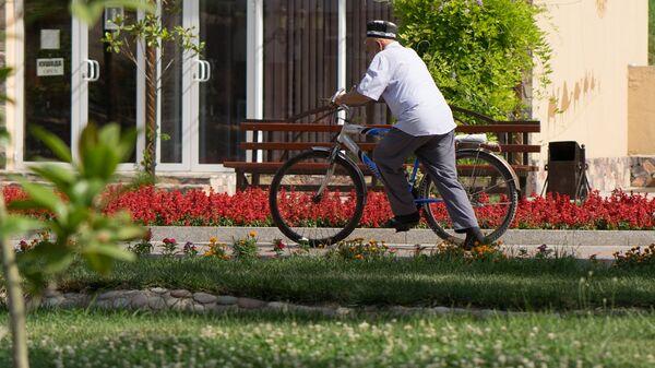 Пожилой человек на велосипеде, архивное фото - Sputnik Тоҷикистон
