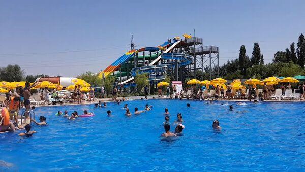 Воспитанники душанбинского интерната отдохнули в аквапарке в рамках акции день маленьких сердец - Sputnik Таджикистан