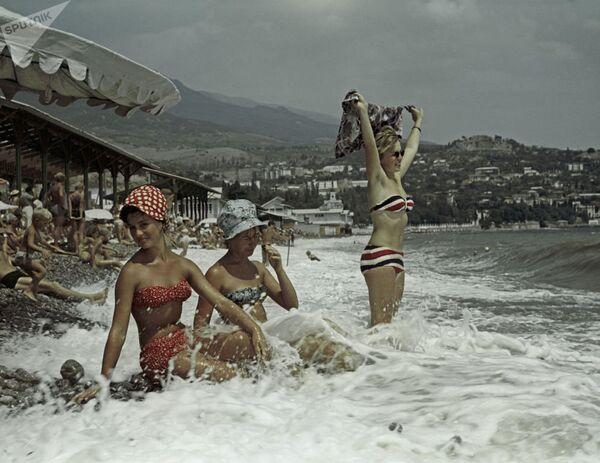 Черноморское побережье Крыма, отдых на пляжах Гурзуфа. - Sputnik Таджикистан