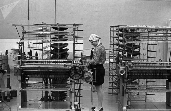 Огрский трикотажный комбинат в Латвийской ССР. Оператор вязальной машины - Sputnik Таджикистан