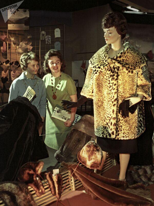 Шуба из овчины. Выставка российских производителей. Москва, 1962 год. - Sputnik Таджикистан