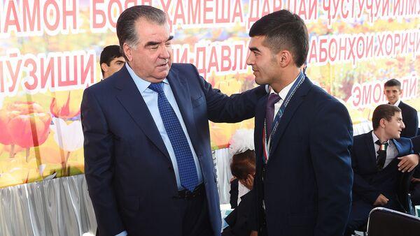 Президент РТ Эмомали Рахмон с молодежью - Sputnik Таджикистан
